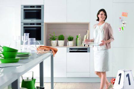 moderne geschirrsp ler machen vorsp len und schrubben. Black Bedroom Furniture Sets. Home Design Ideas