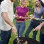 Wer die örtlichen Regelungen beachtet und an die richtige Ausrüstung gedacht hat, der kann auch ohne eigenen Garten viele fröhliche Grillpartys genießen.