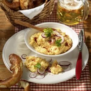 Obazda, die bayerische Käsecreme, schmeckt besonders pikant, wenn man sie mit original Allgäuer Romadur zubereitet.